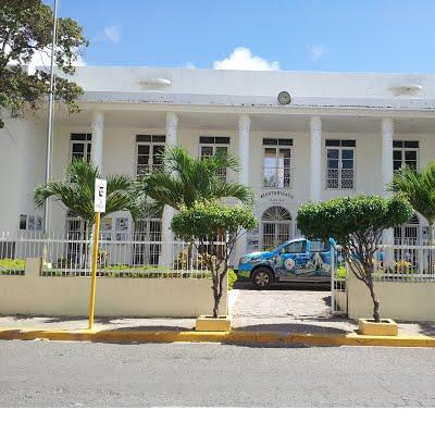 El Ayuntamiento de San Pedro de Macorís, tiene el honor de invitarles al Acto de Izamiento de Bandera