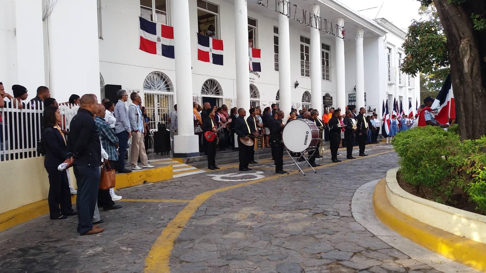 Realizan izamientos de banderas en el Ayuntamiento de San Pedro de Macorís.