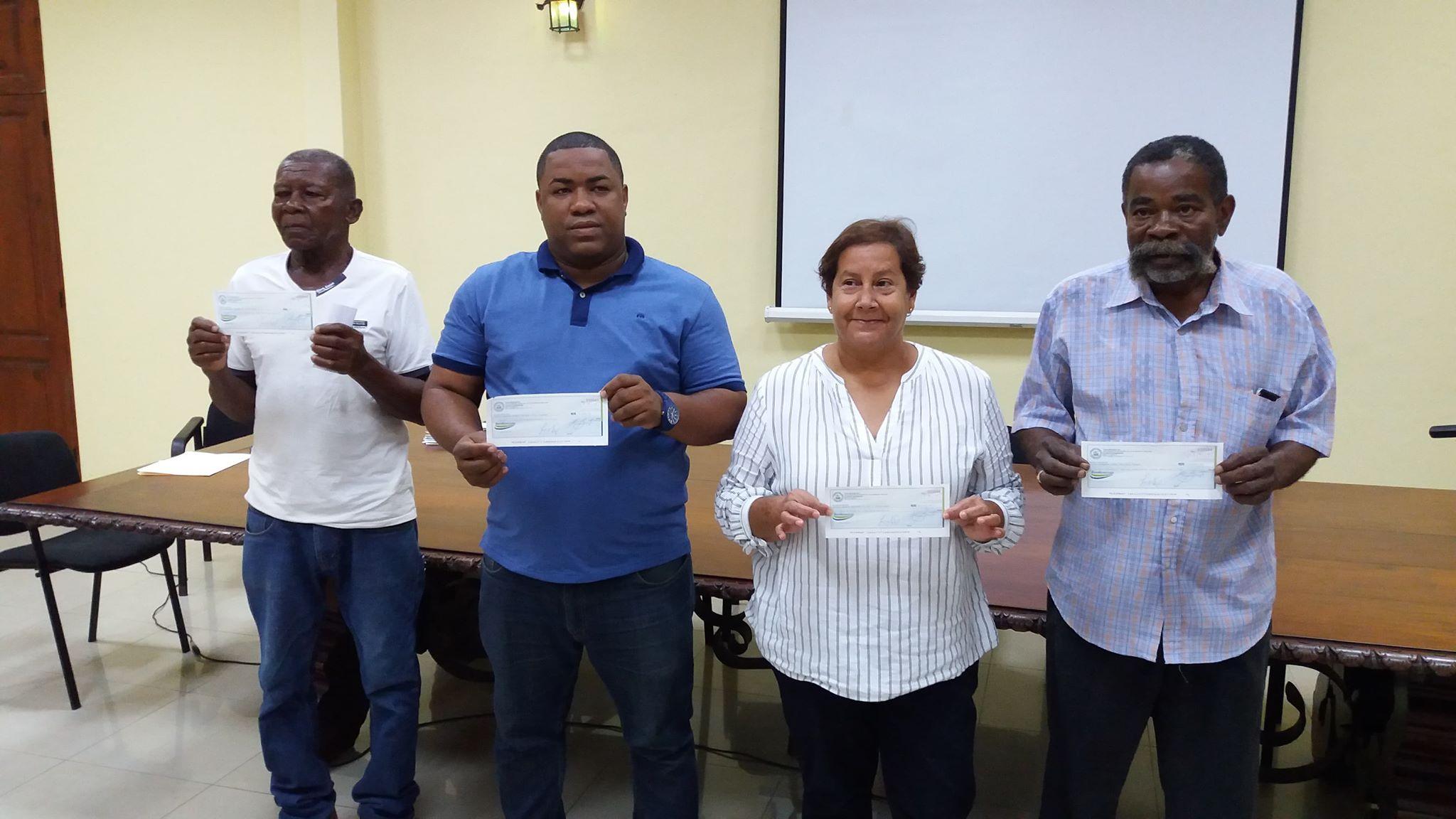 El ayuntamiento entrega cheques RD$350,625.97, correspondiente al 20% y cubicación final de nuevas Inversiones en obras, en distintos sectores de San Pedro de Macorís.