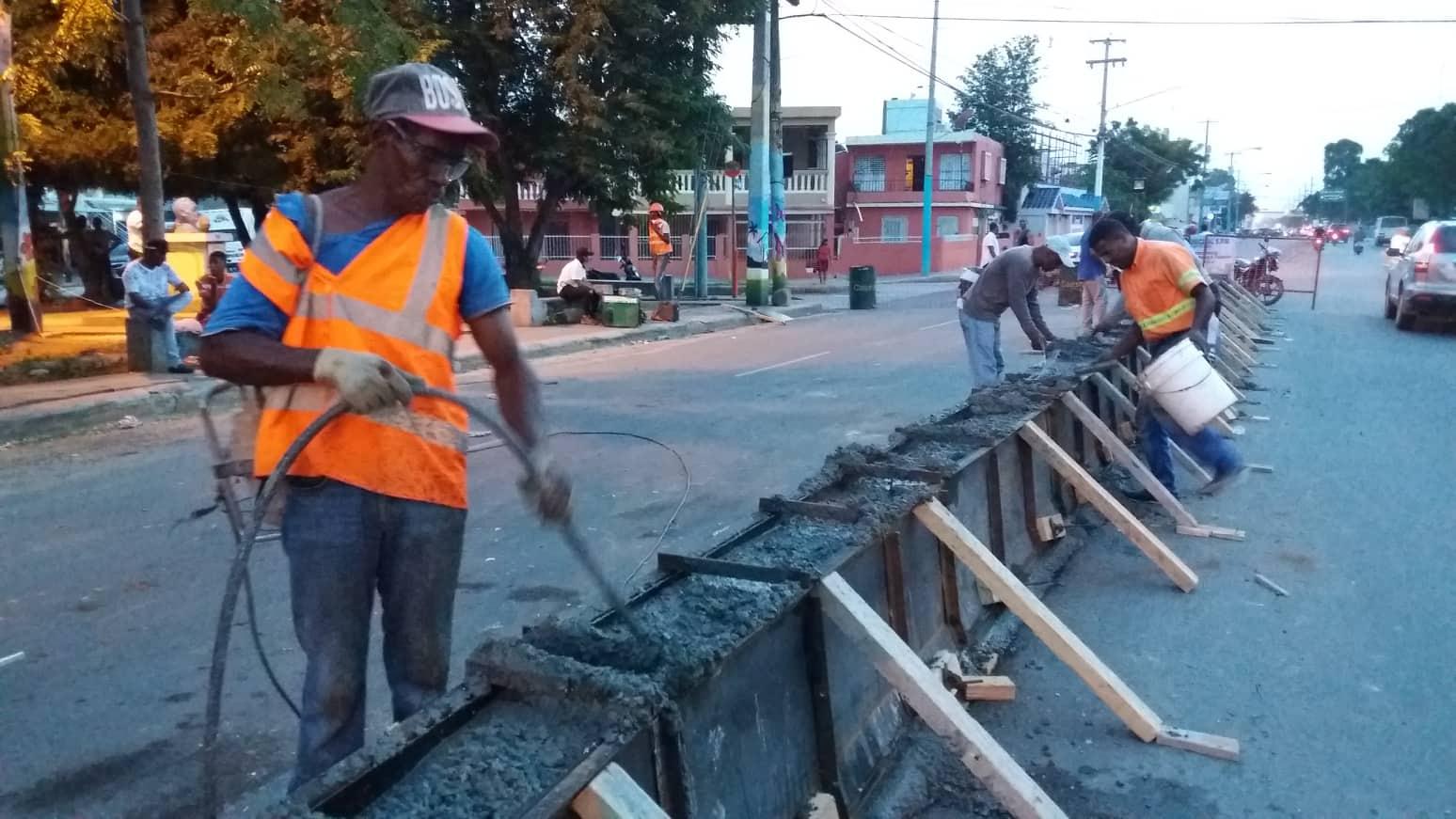 Avanzan de manera acelerada los trabajos de Construcción del Muro Divisorio de la Avenida Francisco A. Caamaño que Construye el Ayuntamiento.