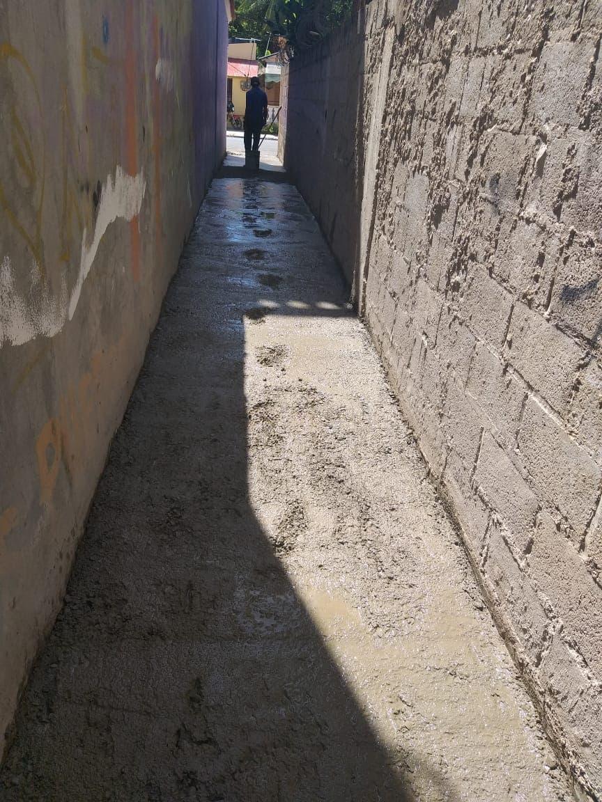 El Ayuntamiento realiza trabajo de cementación de callejones en el Sector Los Cuatro Caminos.