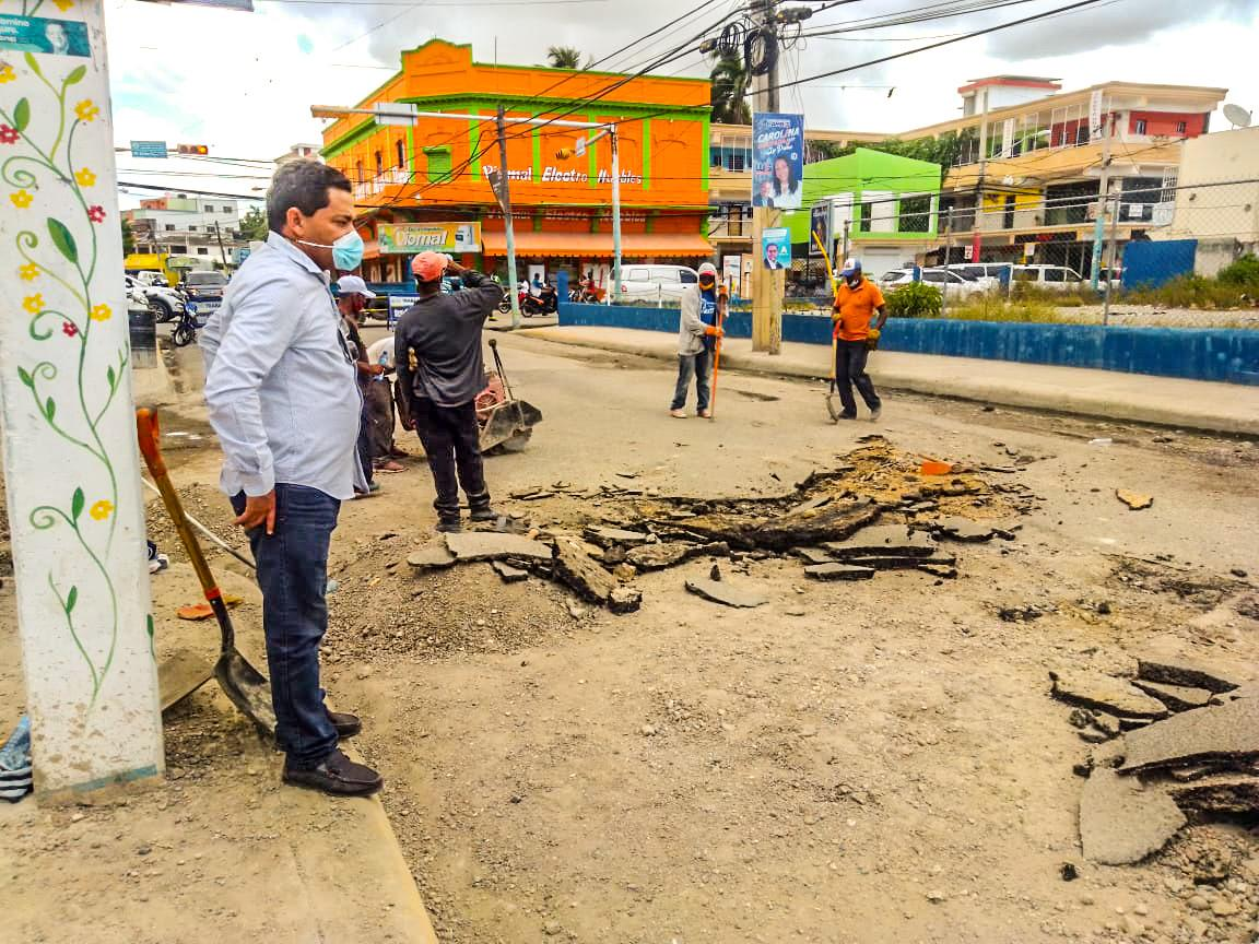 Alcaldía SPM continúa trabajos de bacheo y re-asfaltado en calles del municipio