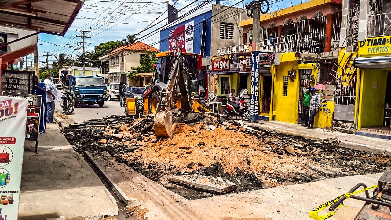 Alcaldía SPM repara daños causados por avería en calle Mauricio Báez
