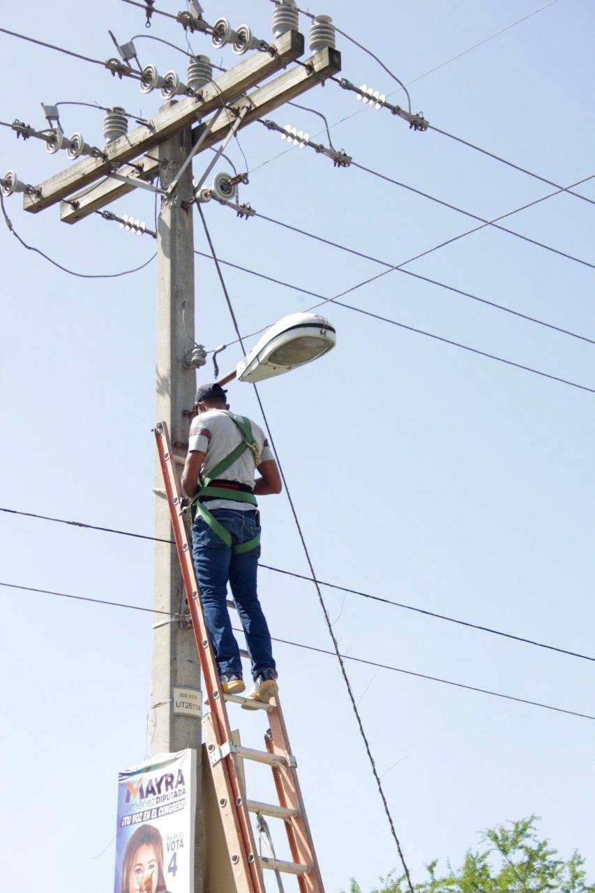 Alcaldía SPM continúa instalación de lámparas en zonas de la ciudad