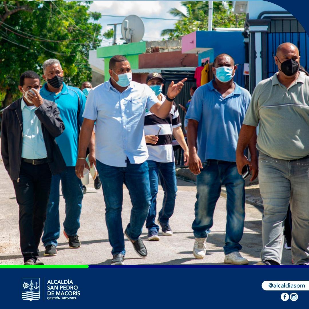 Alcaldía SPM despliega amplio operativo de limpieza en Playa Municipal El Faro