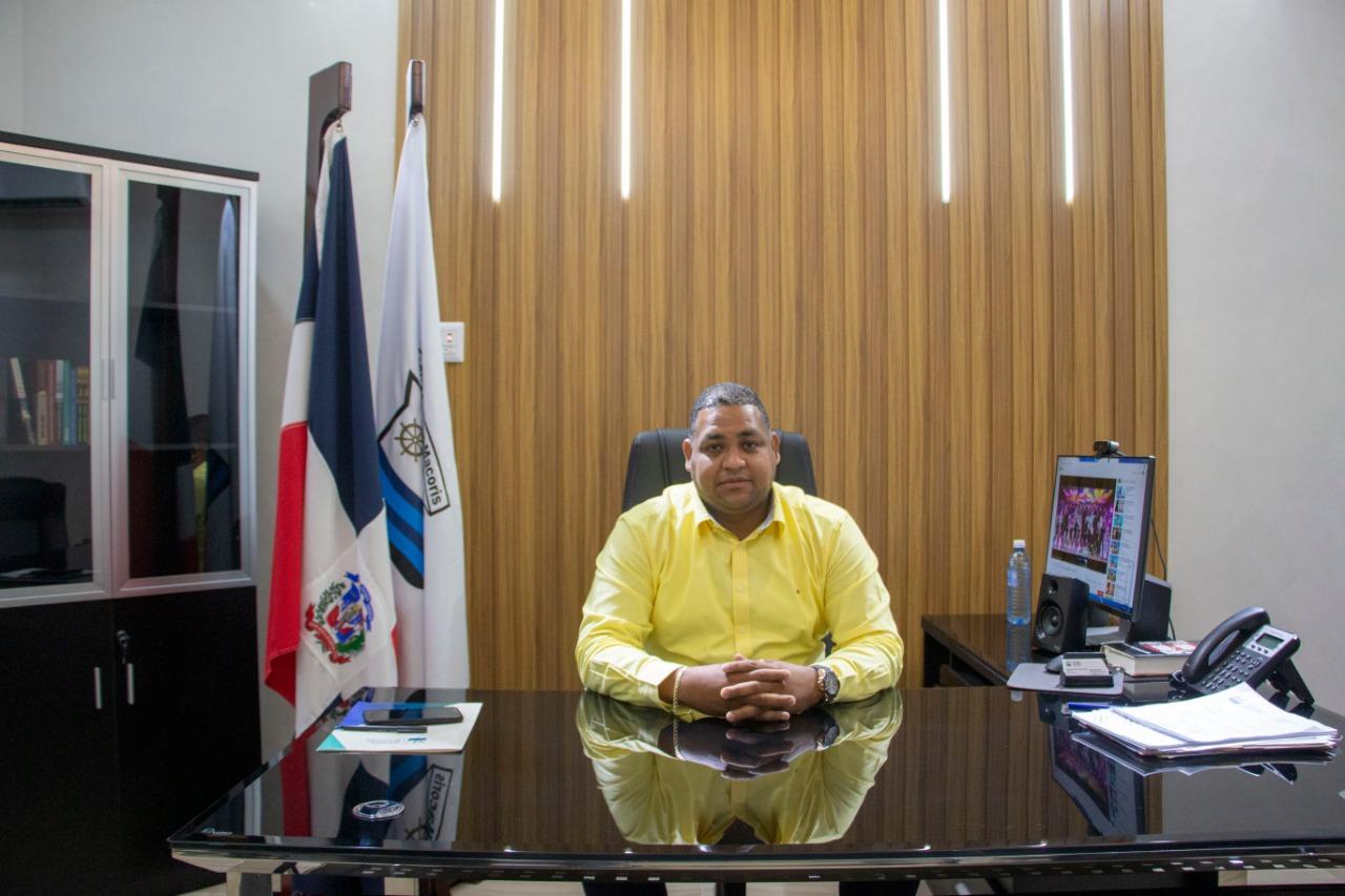Alcalde Raymundo Ortiz felicita a los locutores en su día